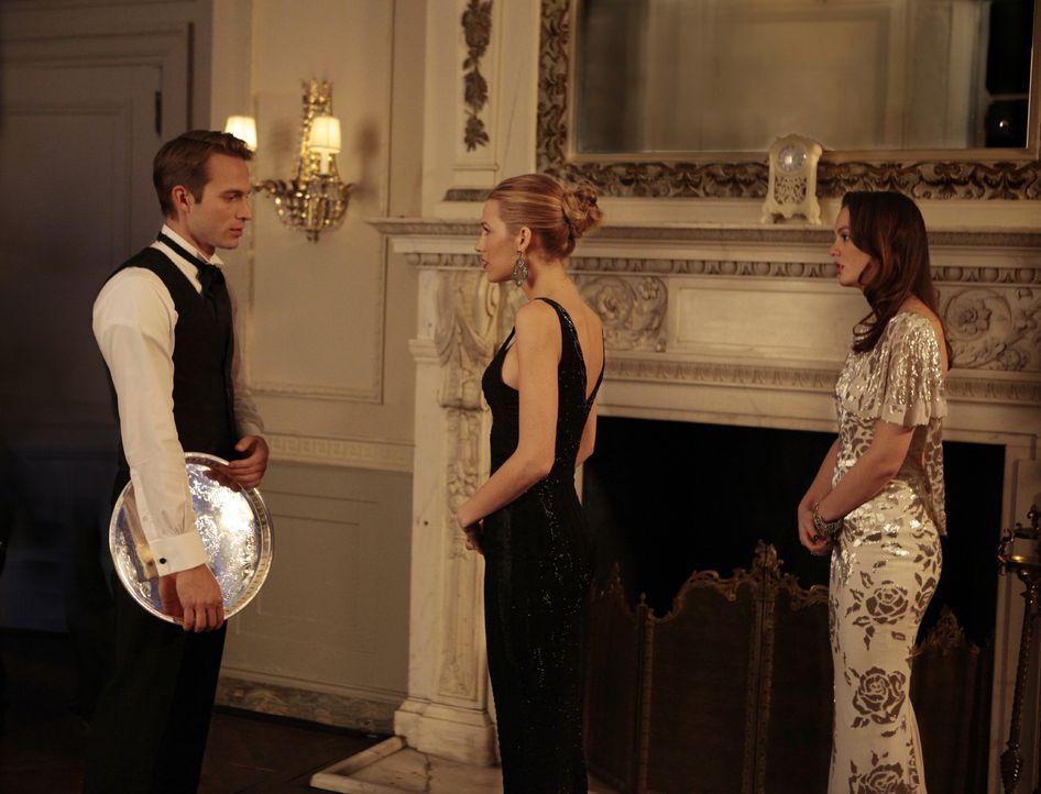 Um sich an Serena (Blake Lively, M.) zu rächen, führt Blair (Leighton Meester, r.) sie und Ben (David Call, l.) vor laufender Kamera vor ... - Bildquelle: Warner Bros. Television