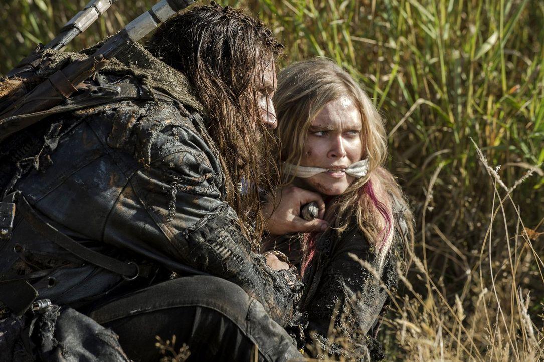 Haben Clarke (Eliza Taylor, r.) und Roan (Zach McGowan, l.) mehr gemeinsam, als sich die junge Frau vorstellen kann? - Bildquelle: 2014 Warner Brothers