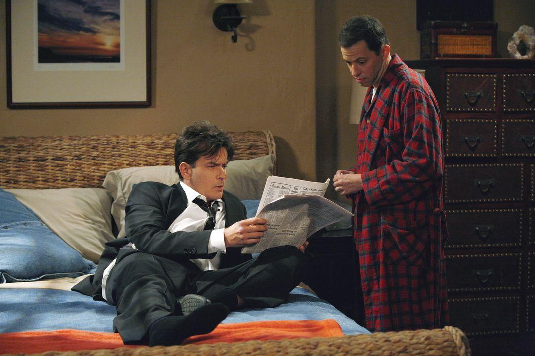 Charlie (Charlie Sheen, l.) muss von Alan (Jon Cryer, r.) erfahren, dass seine Freundin Linda zur Richterin des Jahres gekürt werden soll. Charlie... - Bildquelle: Warner Brothers Entertainment Inc.