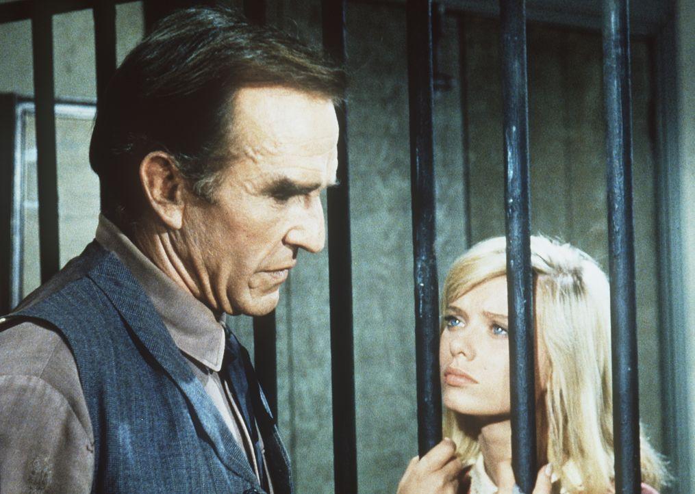Annie (Brooke Bundy, r.) lässt sich zu einer Befreiungsaktion ihres Vaters Sam Kane (Ford Rainey, l.) überreden. Ein fulminanter Fehler ... - Bildquelle: Paramount Pictures
