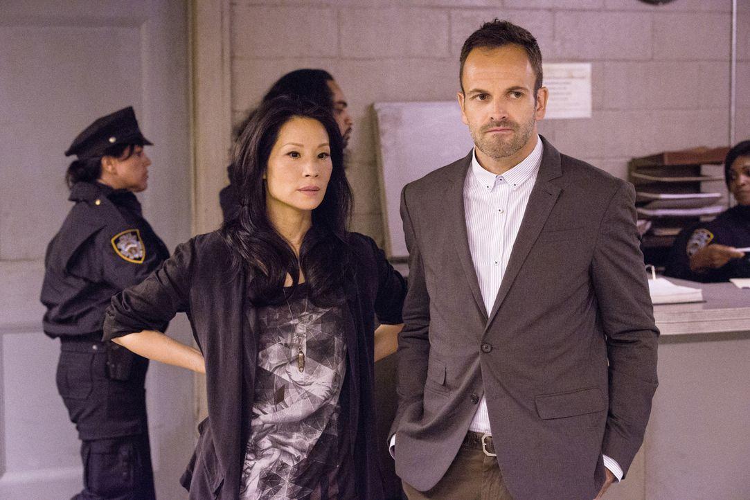 Bei Captain Gregson wurde eingebrochen. Sherlock Holmes (Jonny Lee Miller, r.) und Watson (Lucy Liu, l.) machen sich sofort auf die Suche nach dem T... - Bildquelle: CBS Television