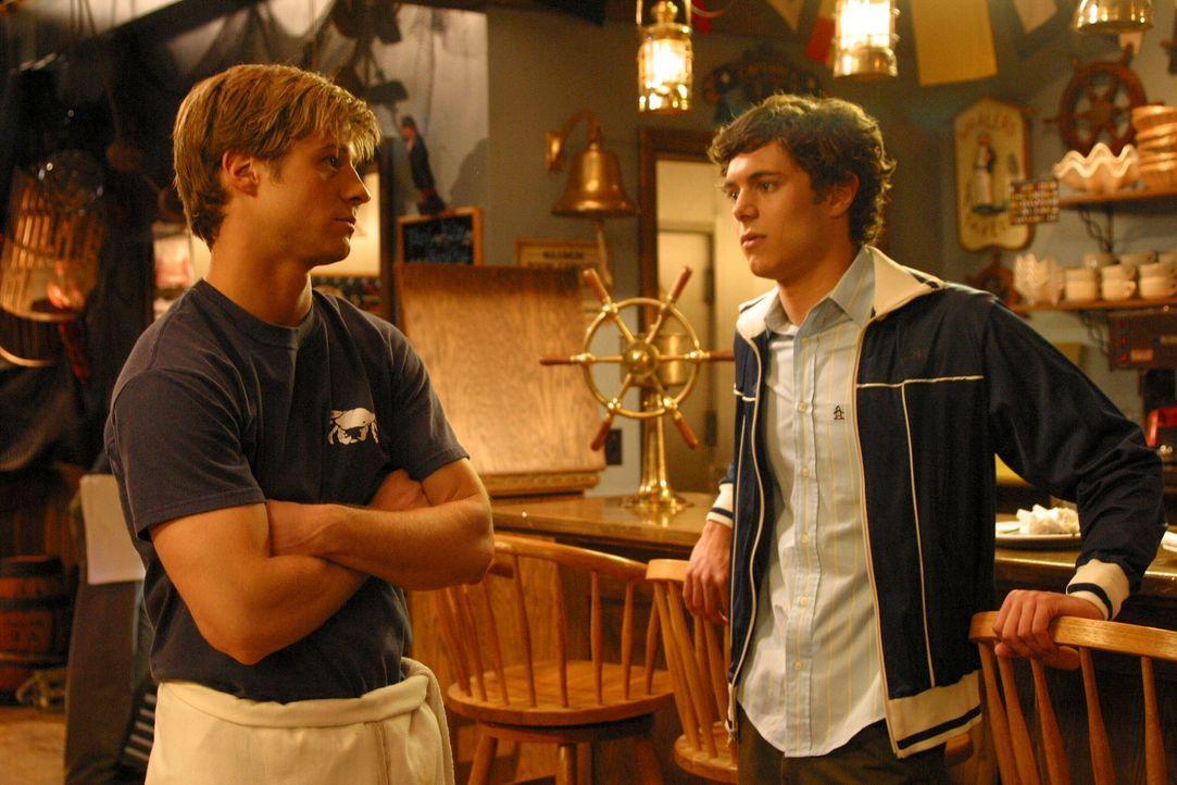 Ryan (Benjamin McKenzie, l.) versucht Seth (Adam Brody, r.) von einer Dummheit zu bewahren ... - Bildquelle: Warner Bros. Television