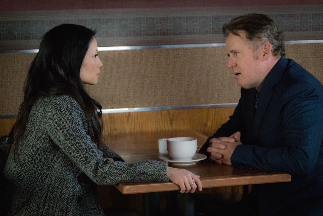 Während Watson (Lucy Liu, l.) sich in das Liebesleben von Captain Gregson (Aidan Quinn, r.) einmischt, bekommen sie und Holmes einen neuen Fall zuge... - Bildquelle: Michael Parmelee 2016 CBS Broadcasting Inc. All Rights Reserved.