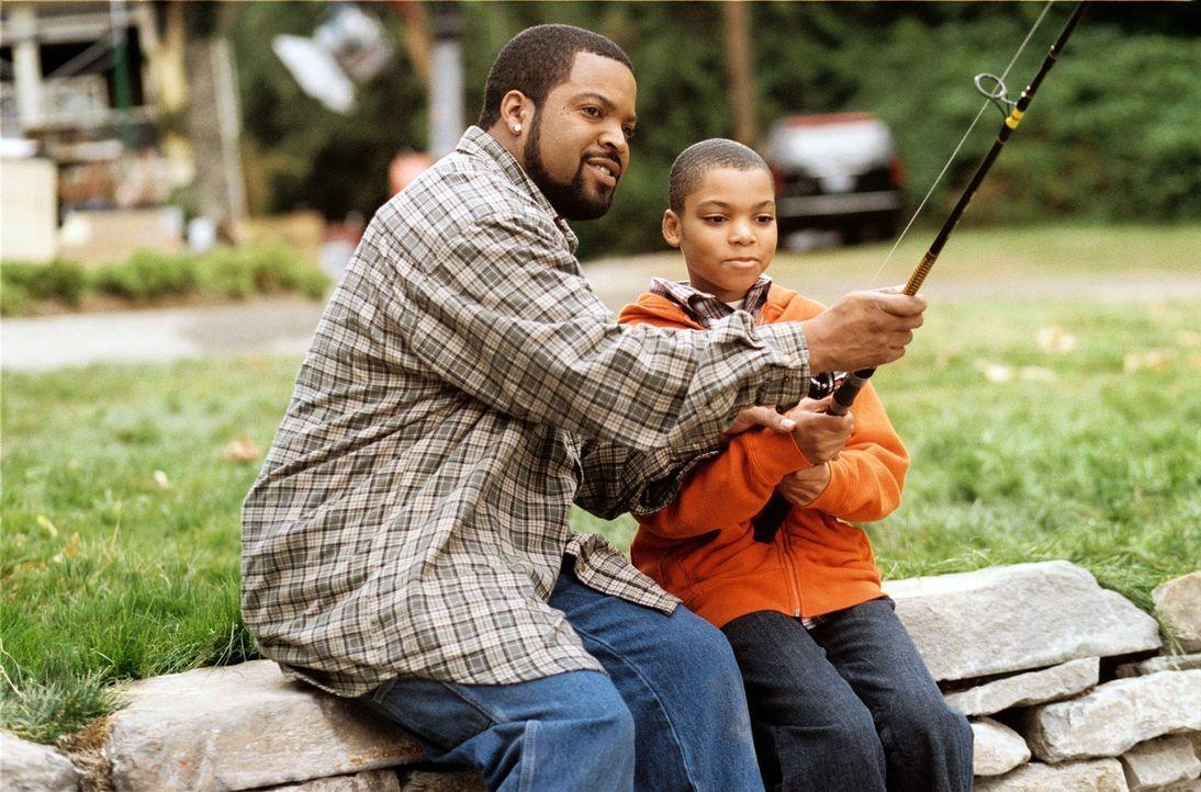 Das Paar Nick (Ice Cube, l.) und Suzanne verschlägt es von der Stadt aufs Land. Um ihren Kindern (Philip Bolden, r.) ein besseres Leben in idyllisc... - Bildquelle: 2007 Revolution Studios Distribution Company, LLC. All Rights Reserved.