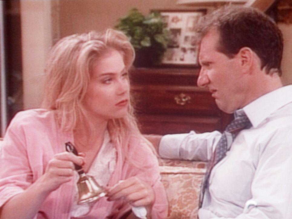 Al (Ed O'Neill, r.) ist völlig entnervt: Seine kranke Tochter (Christina Applegate, l.) lässt sich nach Strich und Faden bedienen. - Bildquelle: Columbia Pictures
