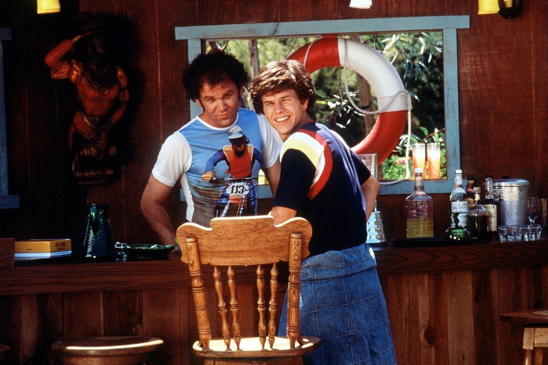 Reed (John C. Reilly, l.) und Eddie (Mark Wahlberg, r.) genehmigen sich während einer Drehpause einen Drink ... - Bildquelle: New Line Cinema