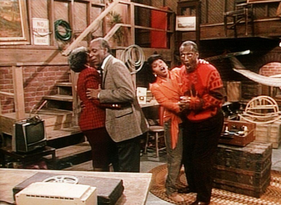 Martins Eltern, Lorraine (Nancy Wilson) und Joe (Moses Gunn, l.), verstehen sich prächtig mir Clair (Phylicia Rashad, 2.v.r.) und Cliff (Bill Cosby... - Bildquelle: Viacom