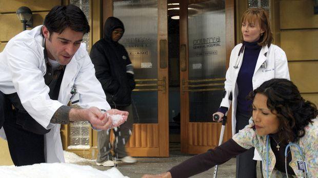 Um das lebensgefährlich hohe Fieber eines Patienten zu senken, greifen Dr. Lu...