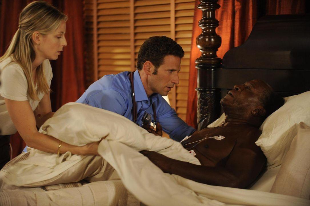 Dr. Emily Peck (Anastasia Griffith, l.) und Dr. Hank Lawson (Mark Feuerstein, M.) geraten bei der Behandlung des lungenkranken Harrison Phillips (Jo... - Bildquelle: Universal Studios