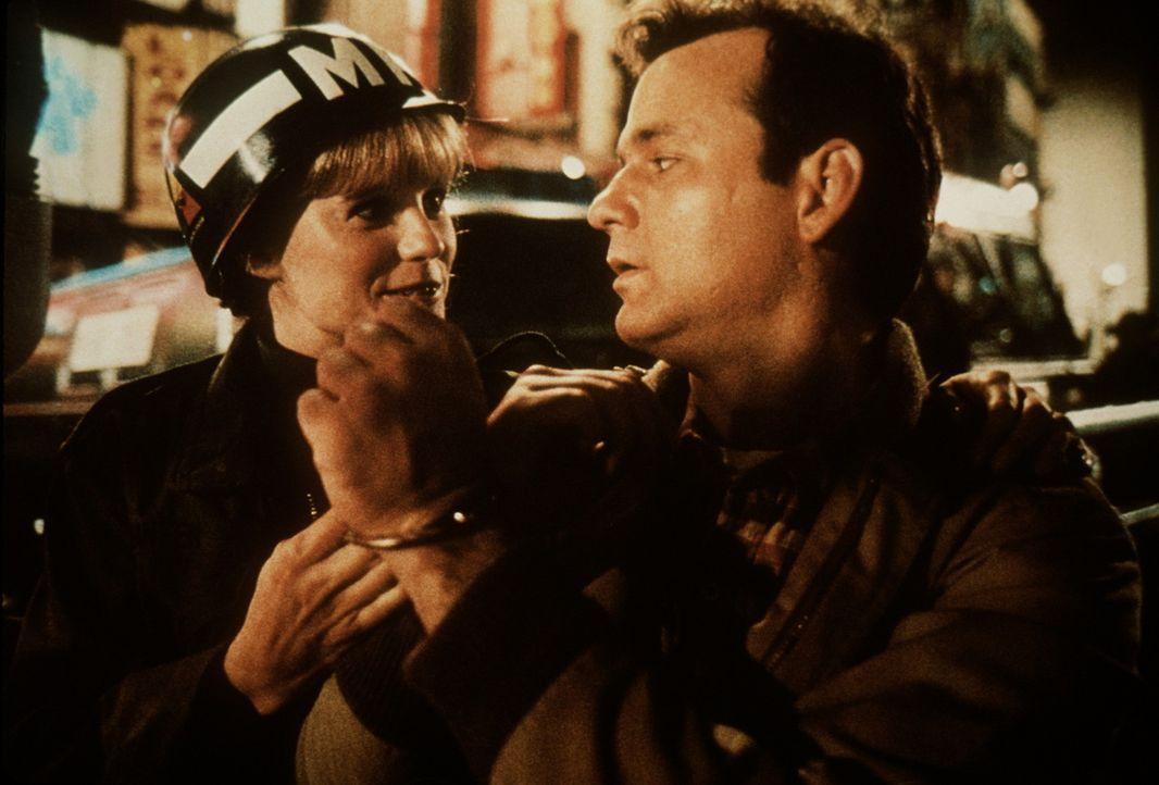 Die Militärpolizistin Stella (P.J. Soles, l.) hat sich in den Rekrut John Winger (Bill Murray, r.) verliebt und führt ihn auch gleich in Handschel... - Bildquelle: Columbia Tri-Star