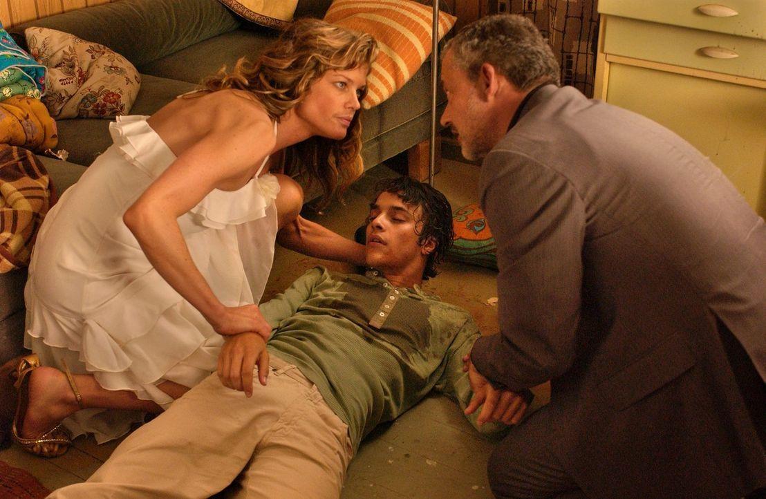 Rosemarie (Marie Bäumer, l.) und Matthias (Rolf Kanies, r.) finden Joe (Kostja Ullmann, M.) völlig betrunken auf. - Bildquelle: Rainer Bajo Sat.1