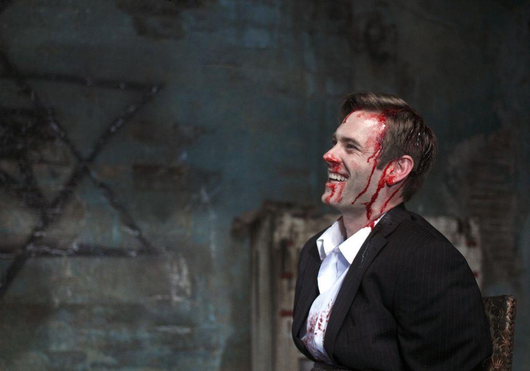 Crowley führt die Brüder zu Brady (Eric Johnson), der rechten Hand von Pestilence. Dort stellt sich heraus, dass Sam und er etwas gemeinsam haben... - Bildquelle: Warner Brothers