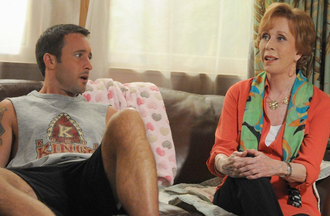 Bei den Ermittlungen in einem neuen Mordfall bekommt Steve (Alex O'Loughlin, l.) überraschend Besuch von seiner Tante Deb (Carol Burnett, r.), die e... - Bildquelle: 2013 CBS BROADCASTING INC. All Rights Reserved.