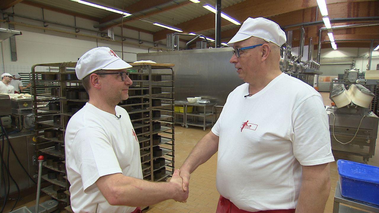 Dass er sich mit dem Angestellten Einhard Hettler (l.) gutstellen sollte, ahnt Bewerber Konrad Löber (r.) noch nicht ... - Bildquelle: kabel eins