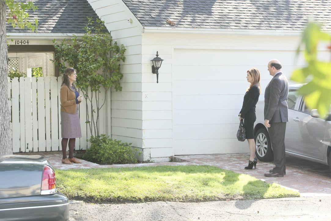 Dr. Megan Hunt (Dana Delany, M.) und Det. Bud Morris (John Carroll Lynch, r.) statten Ruth Stone (Rita Wilson, l.), die verdächtigt wird, ihre eigen... - Bildquelle: 2011 American Broadcasting Companies, Inc. All rights reserved.