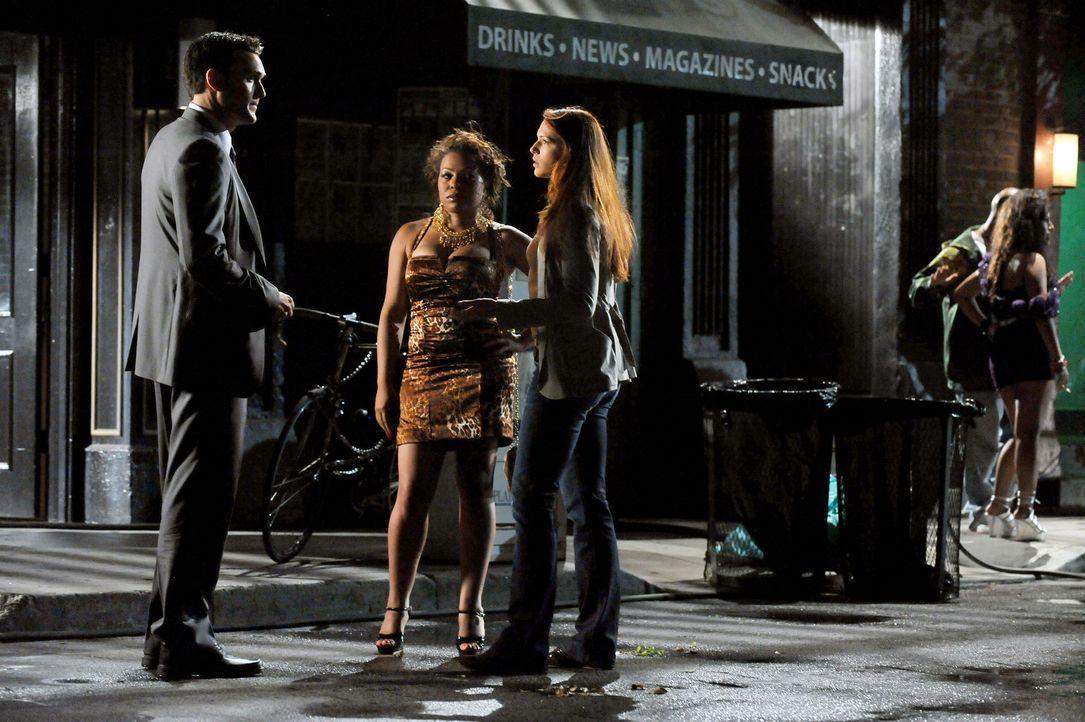 Wayne (Owain Yeoman, l.) und Grace (Amanda Righetti, r.) ermitteln in einem neuen Fall und stoßen dabei auf Astrid (Paula Jai Parker, M.), doch weiß... - Bildquelle: Warner Bros. Television