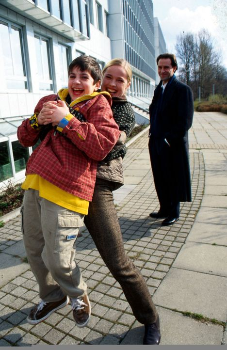 Connie (Karoline Eichhorn, M.) hat sich mit Alex (Italo de Angelis, l.) verbündet. Sein Vater, Richter Staal (Stefan Kurt, r.), wird an der Nase her... - Bildquelle: Conny Klein Sat.1