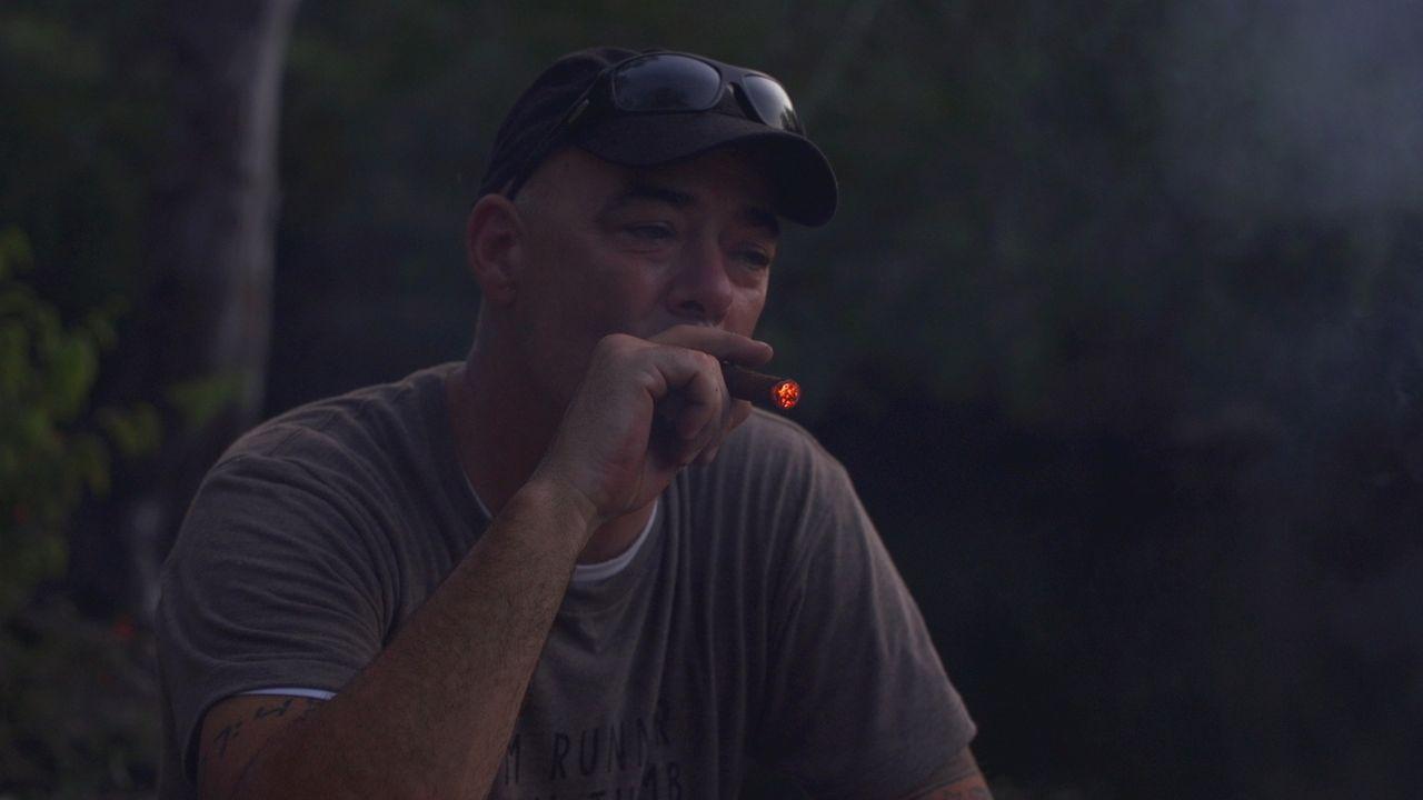 Das Markenzeichen Kubas: Todd Carmichael gönnt sich eine Zigarre ... - Bildquelle: 2015, The Travel Channel, L.L.C. All Rights Reserved.