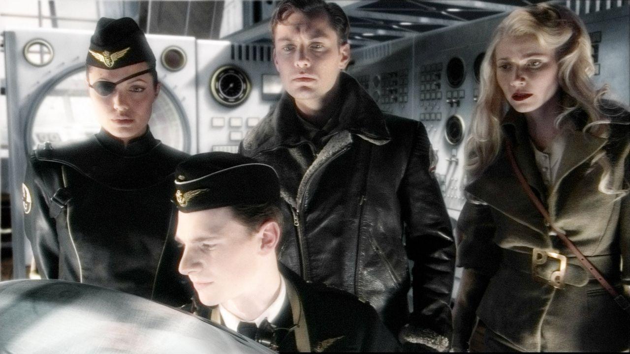 """Die schreckliche Befürchtung trägt endlich einen Namen: """"Dr. Totenkopf"""". Das geniale Superhirn beherrscht eine Armee finsterer Kreaturen und... - Bildquelle: TM & Copyright   Brooklyn Films II And Filmauro S.R.L."""