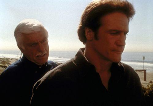 Diagnose: Mord - Mark (Dick Van Dyke, l.) erzählt Steve (Barry Van Dyke, r.)...
