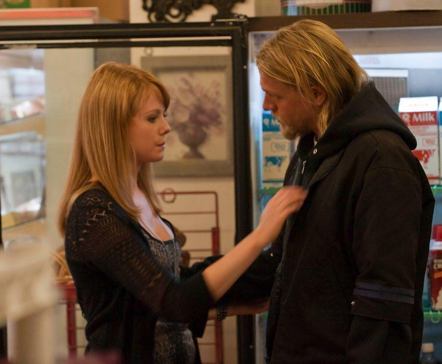 Das Verhältnis zwischen Trinity (Zoe Boyle, l.) und Jax (Charlie Hunnam, r.) ist etwas angespannt, nachdem sie erfahren haben, dass sie Halbgeschwis... - Bildquelle: 2010 FX Networks, LLC. All rights reserved.