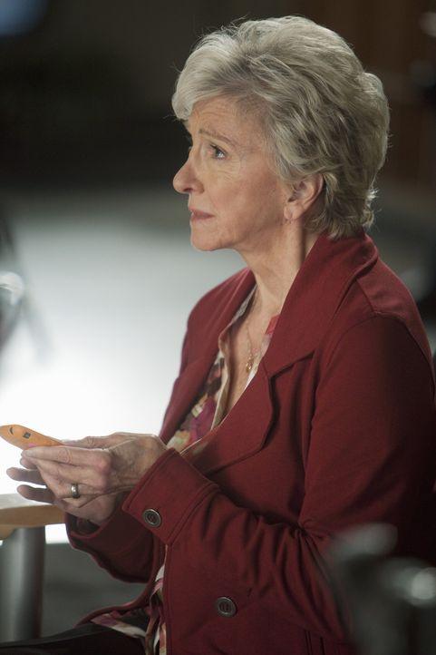 Macht sich Sorgen um ihren Mann, der am Herzen operiert werden muss: Emma (Elizabeth Franz) ... - Bildquelle: ABC Studios