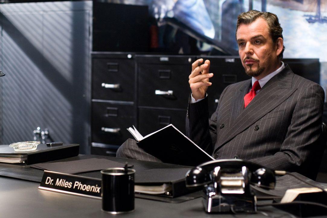 Kennt alle Geheimnisse: Dr. Miles Phoenix (Danny Huston) ... - Bildquelle: 2007 Warner Brothers