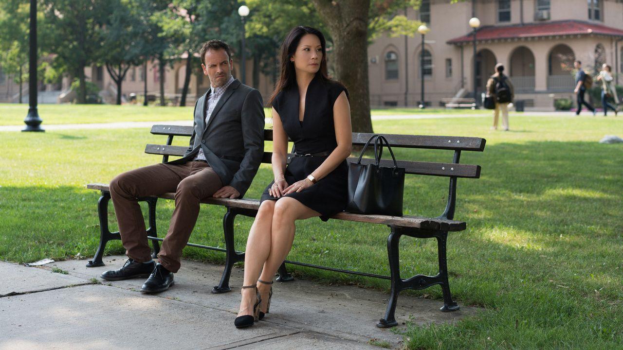 Als Holmes (Jonny Lee Miller, l.) und Watson (Lucy Liu, r.) den Mord an einer Technikerin in einem Fruchtbarkeitsforschungslabor untersuchen, entdec... - Bildquelle: Michael Parmelee 2015 CBS Broadcasting Inc. All Rights Reserved.