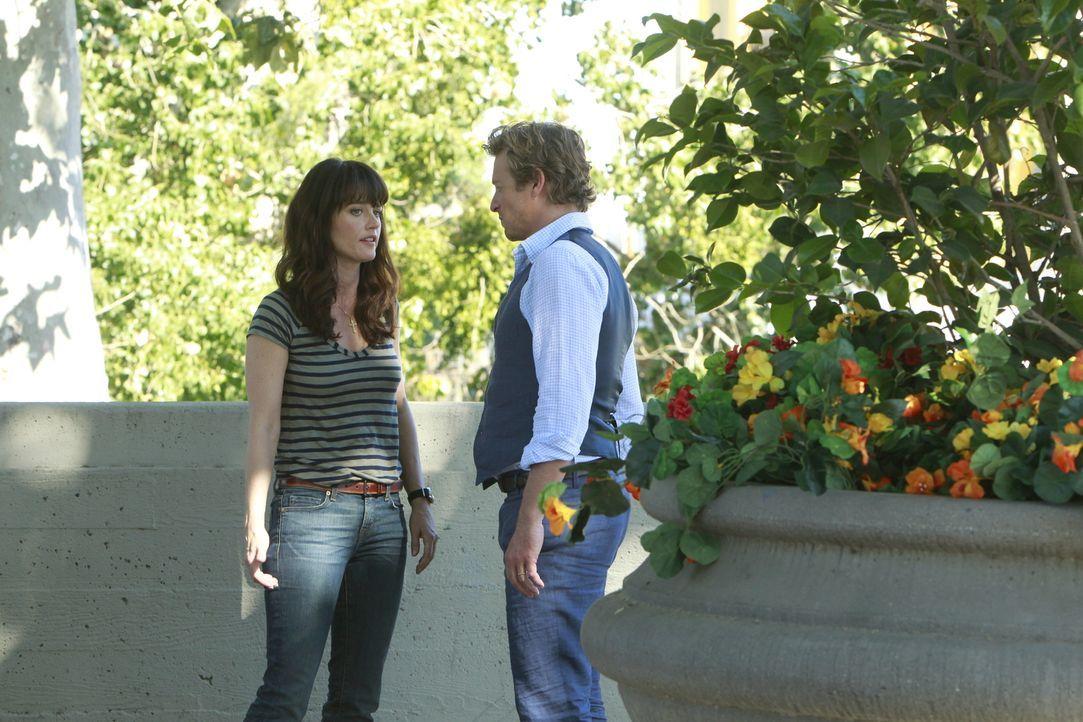 Arbeiten an einem neuen Fall: Patrick (Simon Baker, r.) und Teresa (Robin Tunney, l.) ... - Bildquelle: Warner Bros. Television