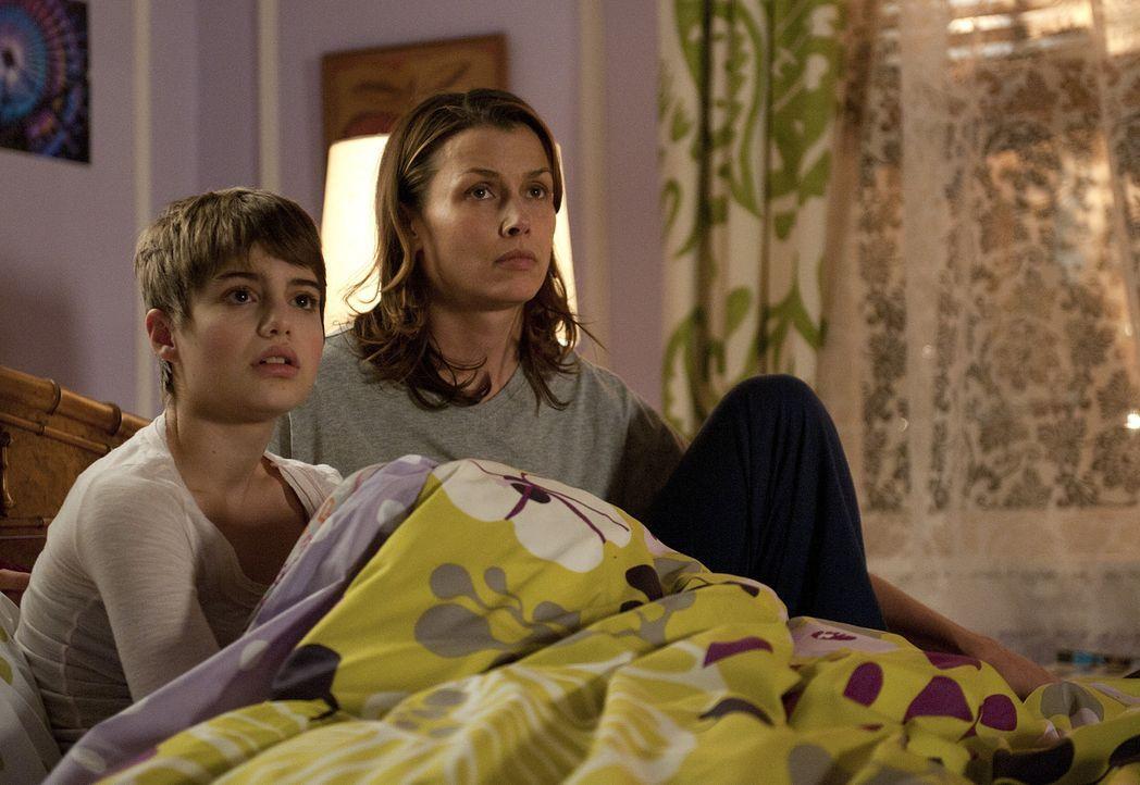 Ein schrecklicher Alptraum hat Nicky (Sami Gayle, l.) aus dem Schlaf geschreckt. Ihre Mutter Erin (Bridget Moynahan, r.) versucht sie zu beruhigen ... - Bildquelle: 2010 CBS Broadcasting Inc. All Rights Reserved