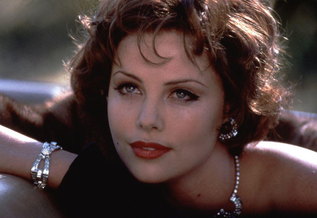Verdreht so manchem Mann den Kopf: Gwen Sunday (Charlize Theron) - Bildquelle: 2000 Twentieth Century Fox Film Corporation. All rights reserved.