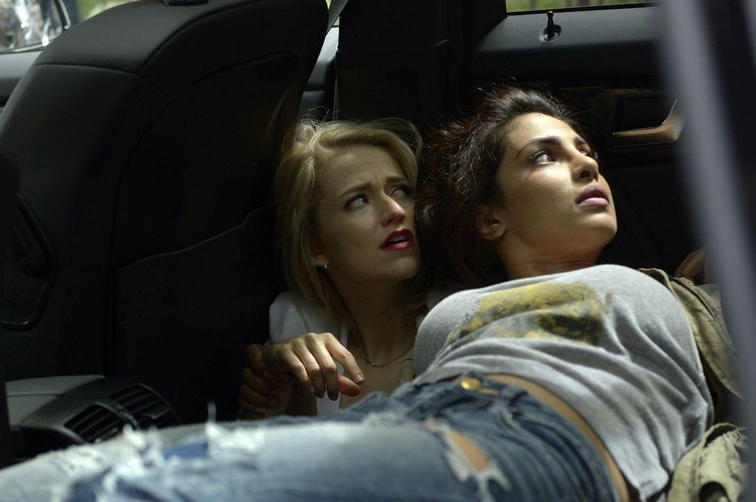 Alex (Priyanka Chopra, r.) ist weiter auf der Flucht, um ihre Unschuld beweisen zu können. Shelby (Johanna Braddy, l.) steht ihr bei - doch kann sie... - Bildquelle: 2015 ABC Studios