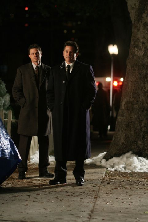 Jack (Anthony LaPaglia, r.) und Martin (Eric Close, l.) haben einen neuen Fall zu lösen ... - Bildquelle: Warner Bros. Entertainment Inc.