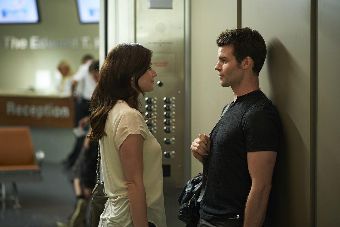 Entwickelt sich zwischen Alex (Erica Durance, l.) und Joel (Daniel Gillies, r.) wieder mehr, als nur Freundschaft? - Bildquelle: 2013  Hope Zee Two Inc.