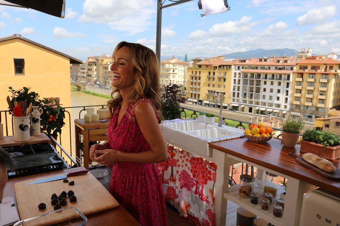 Nachdem Giada in einer italienischen Konditorei gelernt hat wie man Cannolo, ein frittiertes Gebäck mit einer cremigen Füllung, herstellt, versucht... - Bildquelle: 2016,Television Food Network, G.P. All Rights Reserved