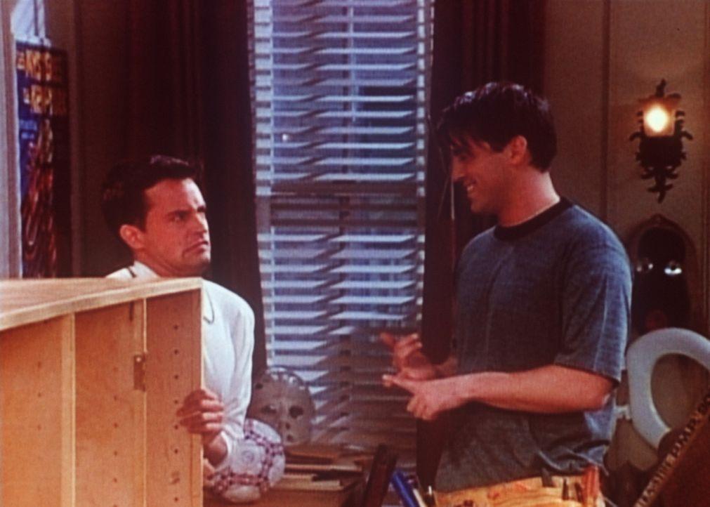 Joey (Matt LeBlanc, r.) möchte seine handwerklichen Fähigkeiten unter Beweis stellen und baut eine Schrankwand. - Bildquelle: TM+  2000 WARNER BROS.