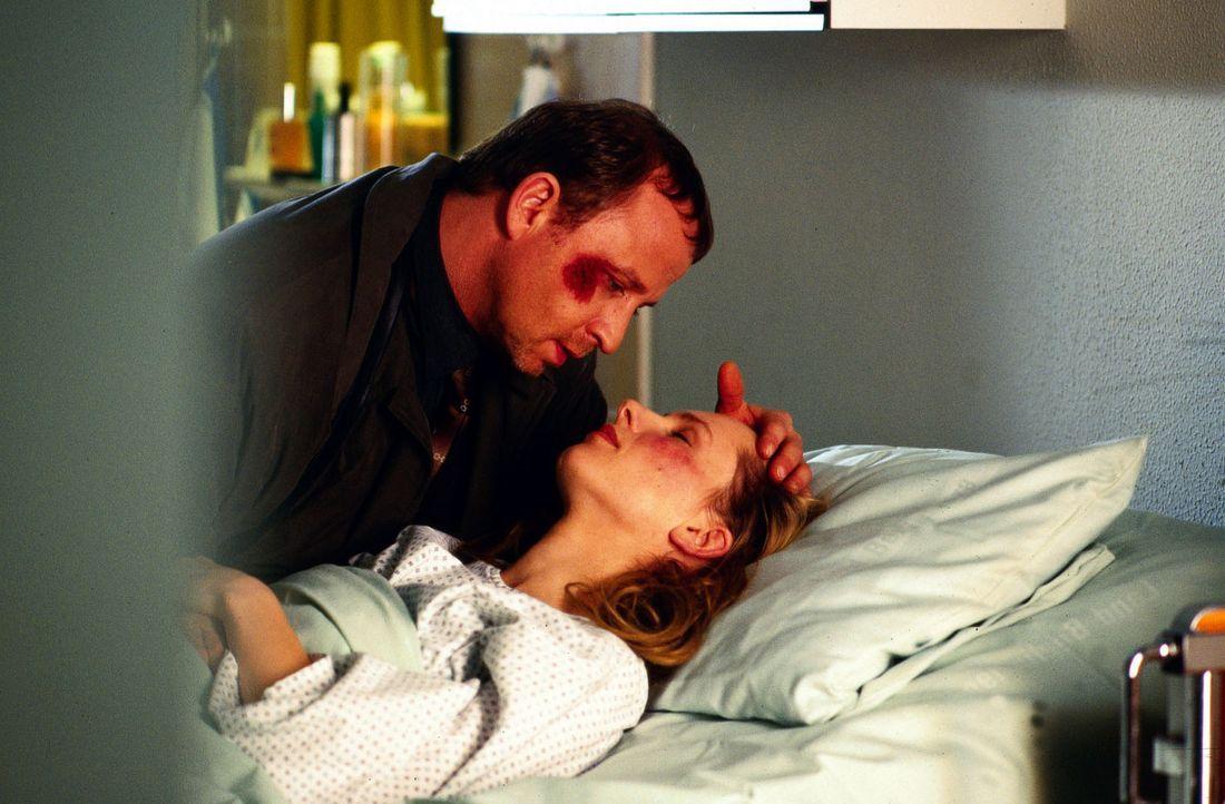 Alfred Hammer (Alexander Held, l.), der Leiter des Bombenkommandos der Polizei, besucht seine Kollegin Barbara (Susanne Hoss, r.), die sich beim Ent... - Bildquelle: Djampour Sat.1