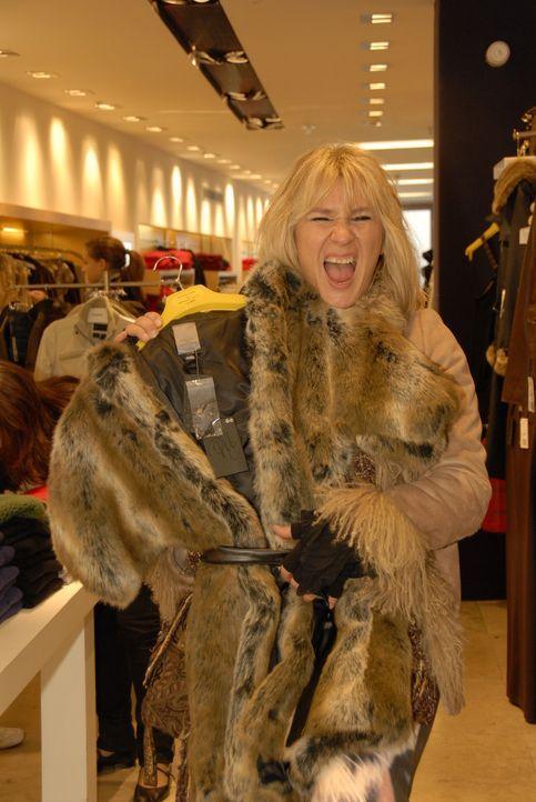Mit so einem Mantel klappt es bestimmt, die Bank davon zu überzeugen, dass Claudia kreditwürdig ist. - Bildquelle: Walter Wehner Sat.1