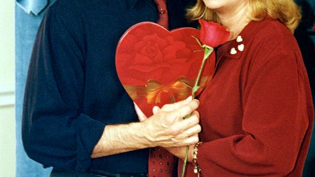 Natürlich hat Eric (Stephen Collins, l.) an den Valentinstag gedacht und eine...