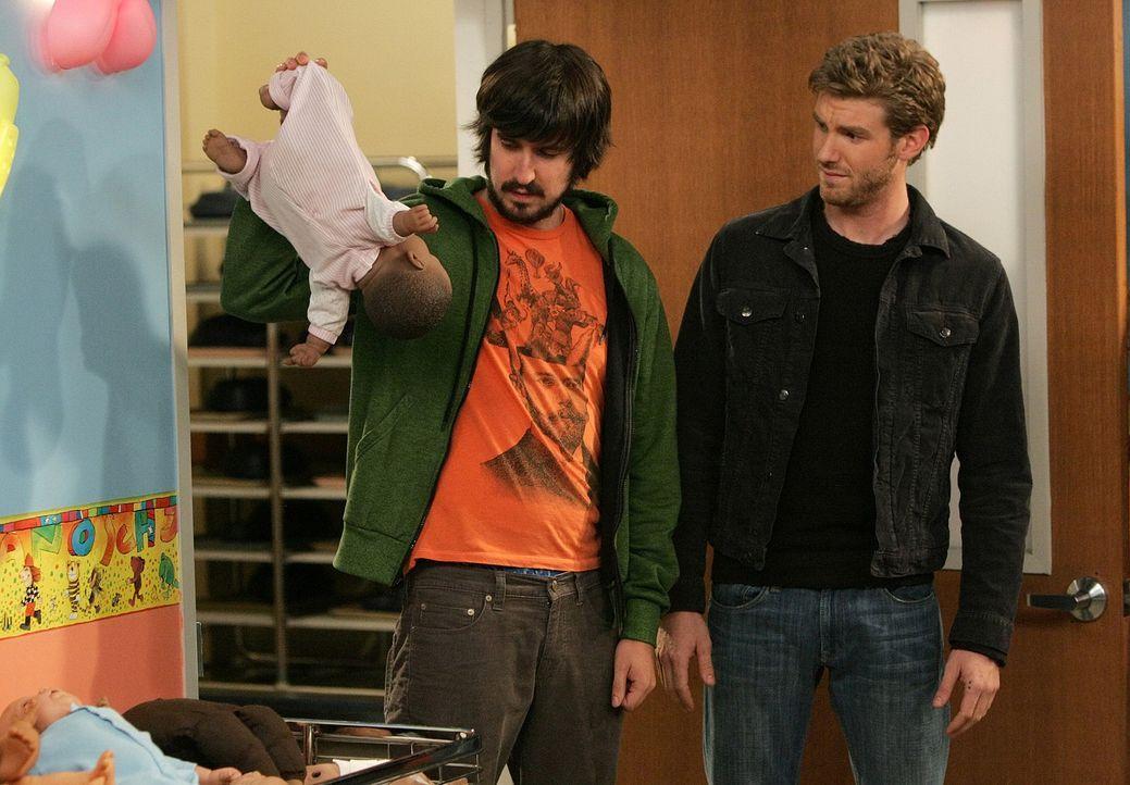 Eher widerwillig begleitet Davis (Nicolas Wright, l.) seinen Freund Zack (Jon Foster, r.) zu einem Babypflegekurs. - Bildquelle: 2009 CBS Broadcasting Inc. All Rights Reserved