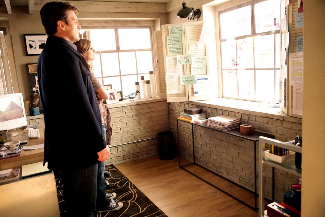 Castle (Nathan Fillion, l.) muss erkennen, dass Kate Beckett (Stana Katic, r.) niemals aufgegeben hat, den Mordfall an ihrer Mutter Johanna vor 12 J... - Bildquelle: 2010 American Broadcasting Companies, Inc. All rights reserved.