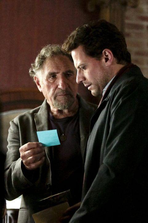 Erkennen, dass der Tote ermordet wurde: Henry (Ioan Gruffudd, r.) und Abe (Judd Hirsch, l.) ... - Bildquelle: Warner Brothers
