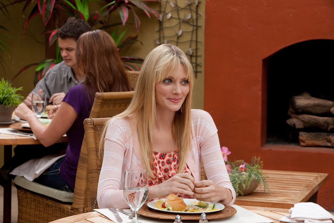 Stacy (April Bowlby) wird von Freds angeblicher Mutter beim gemeinsamen Essen ordentlich ins Kreuzverhör genommen ... - Bildquelle: 2011 Sony Pictures Television Inc. All Rights Reserved.