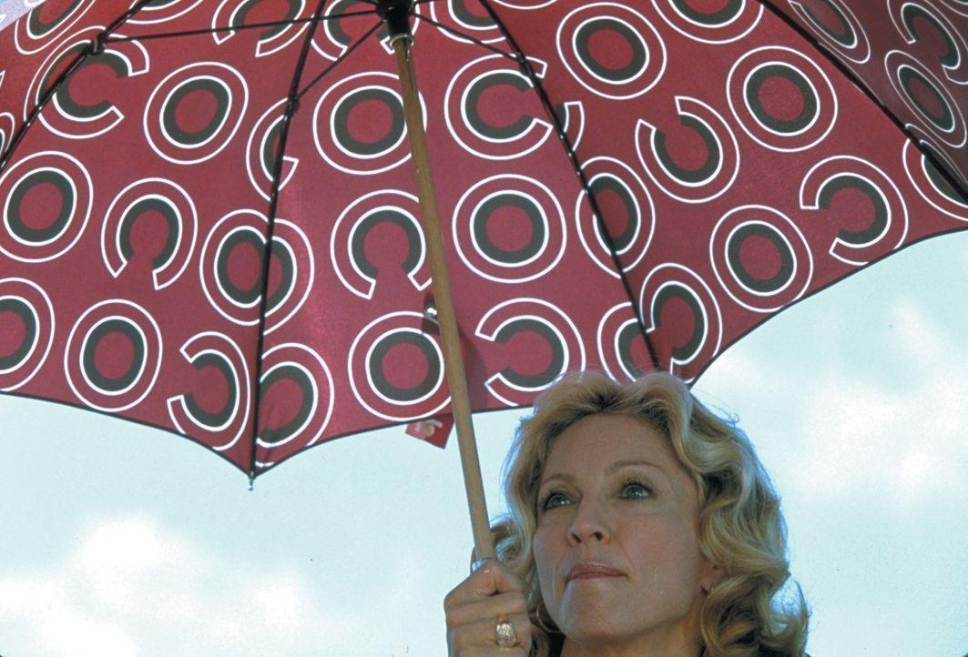 Die reiche Amber (Madonna) ist bei einem Segeltörn ganz besonders zickig und großkotzig. Sie macht vor allem dem jungen Matrosen Giuseppe die Arbe... - Bildquelle: 2003 Sony Pictures Television International