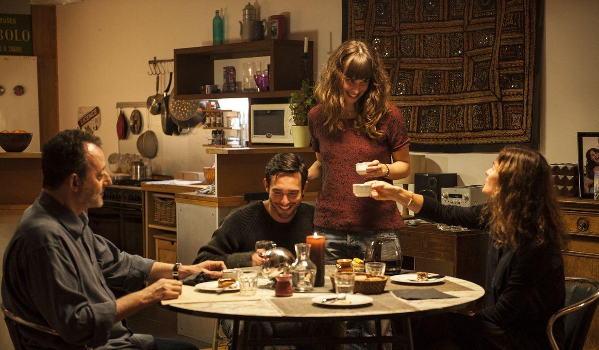 Verbringen einen ganz besonderen Abend miteinander: Jo (Jean Reno, l.), Yannick (Chris Brazier, 2.v.l.), Adele (Heida Reed, 2.v.r.) und Karyn (Jill... - Bildquelle: Stéphanie Dupont Atlantique Productions