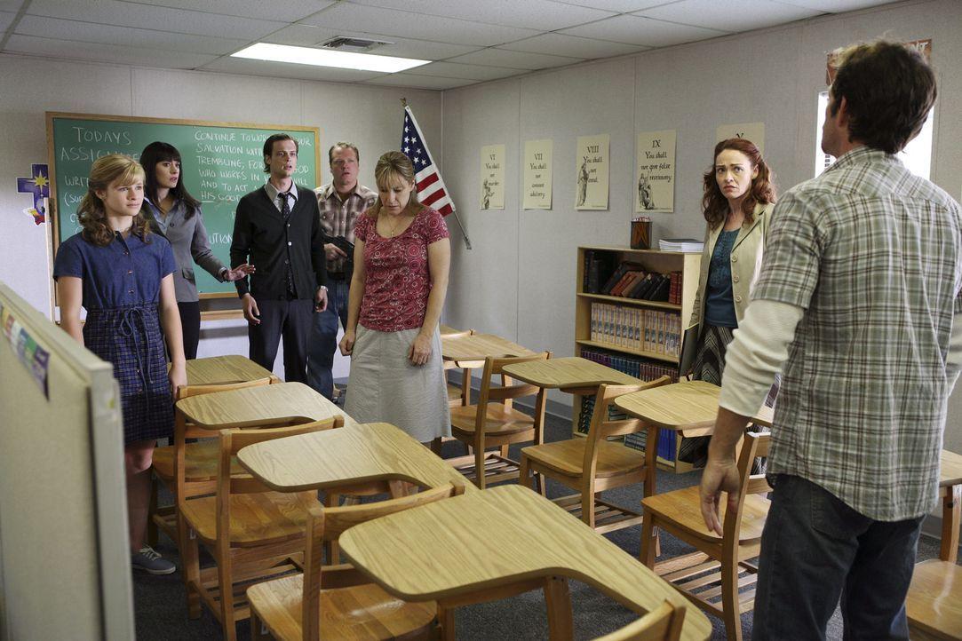 Als ein Notruf aus der streng religiösen Sekte Führung von Benjamin Cyrus (Luke Perry, r.) eingeht, dass dort junge Mädchen missbraucht würden,... - Bildquelle: Touchstone Television