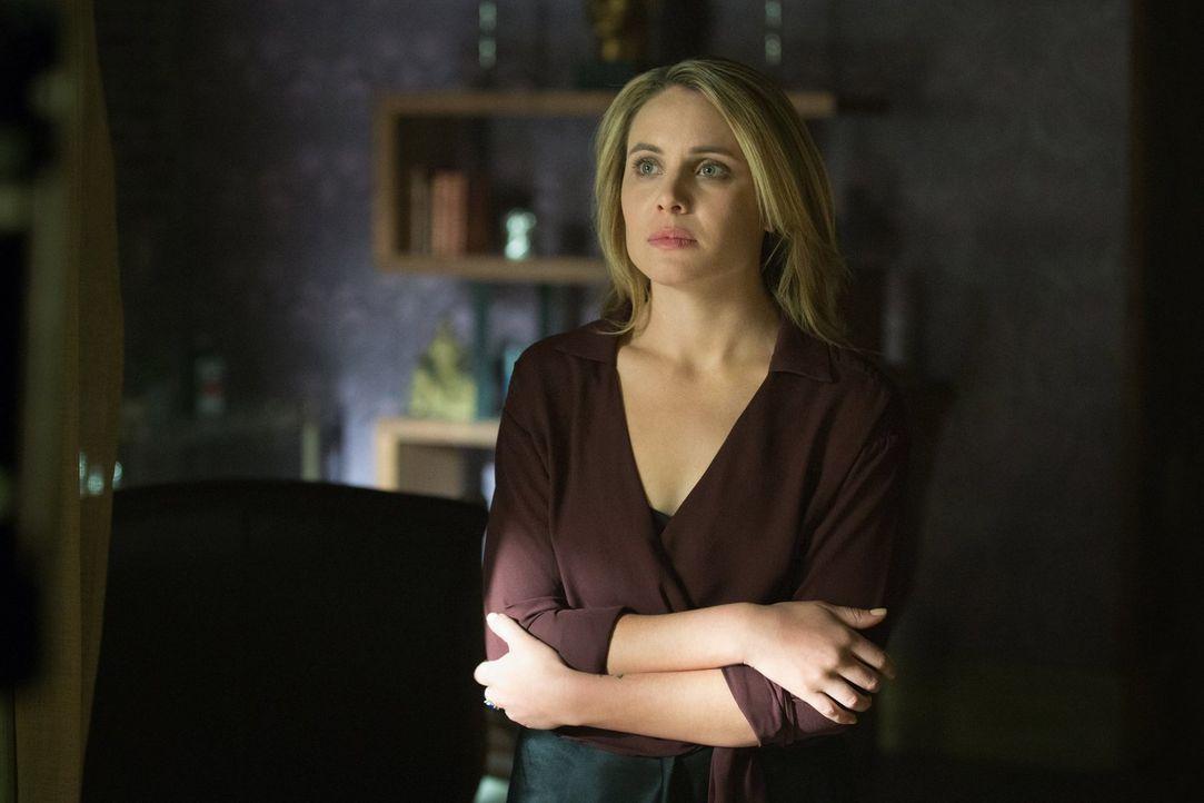 Cami (Leah Pipes) lässt ihren letzten Willen notieren, während alle anderen für ihr Überleben kämpfen ... - Bildquelle: Warner Bros. Entertainment, Inc.