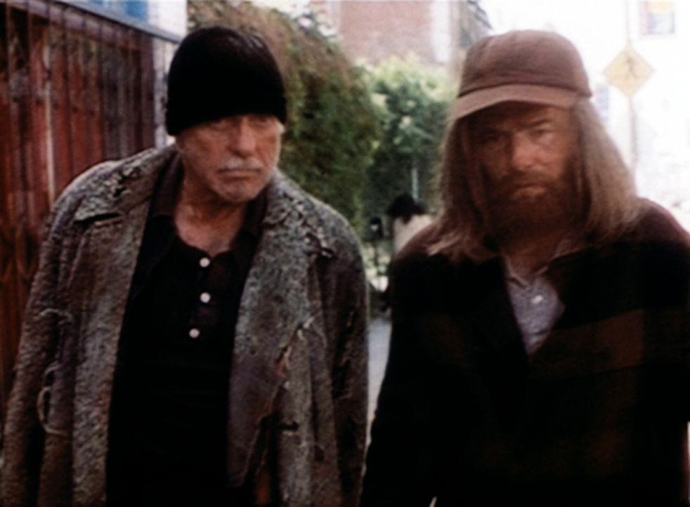 Mark (Dick Van Dyke, l.) versucht, als Obdachloser verkleidet, mit dem Penner Walter, dem Mörder auf die Spur zu kommen. - Bildquelle: Viacom