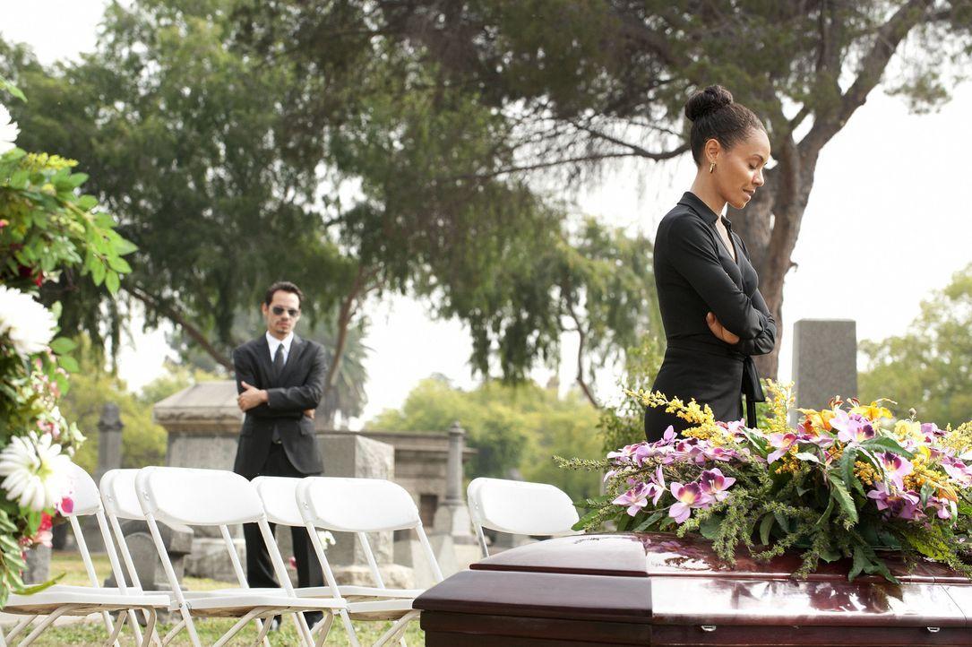 Nicks (Marc Anthony, l.) Mutter ist gestorben und Christina (Jada Pinkett Smith, r.) nimmt Abschied von ihr ... - Bildquelle: Turner  Network Television. A Time Warner Company. All Rights Reserved.