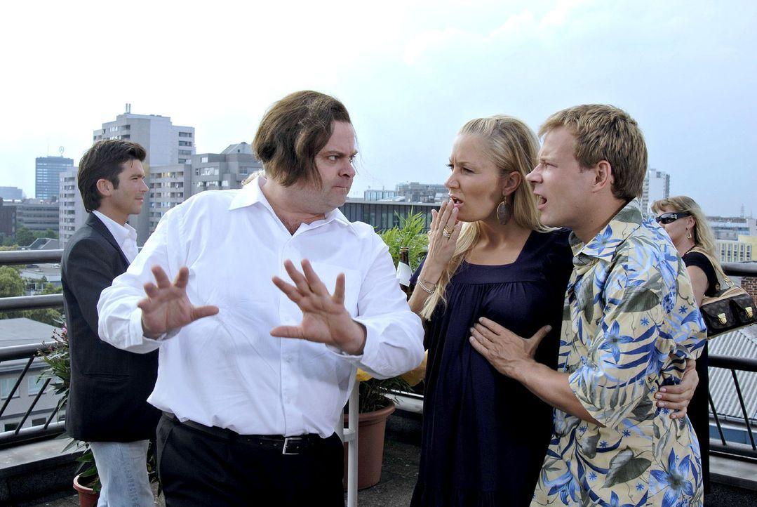 Markus (Markus Majowski, l.) berichtet begeistert Janine (Janine Kunze, M.) und Mathias (Mathias Schlung, r.) von einem Fußballspiel. Während er e... - Bildquelle: Sat.1